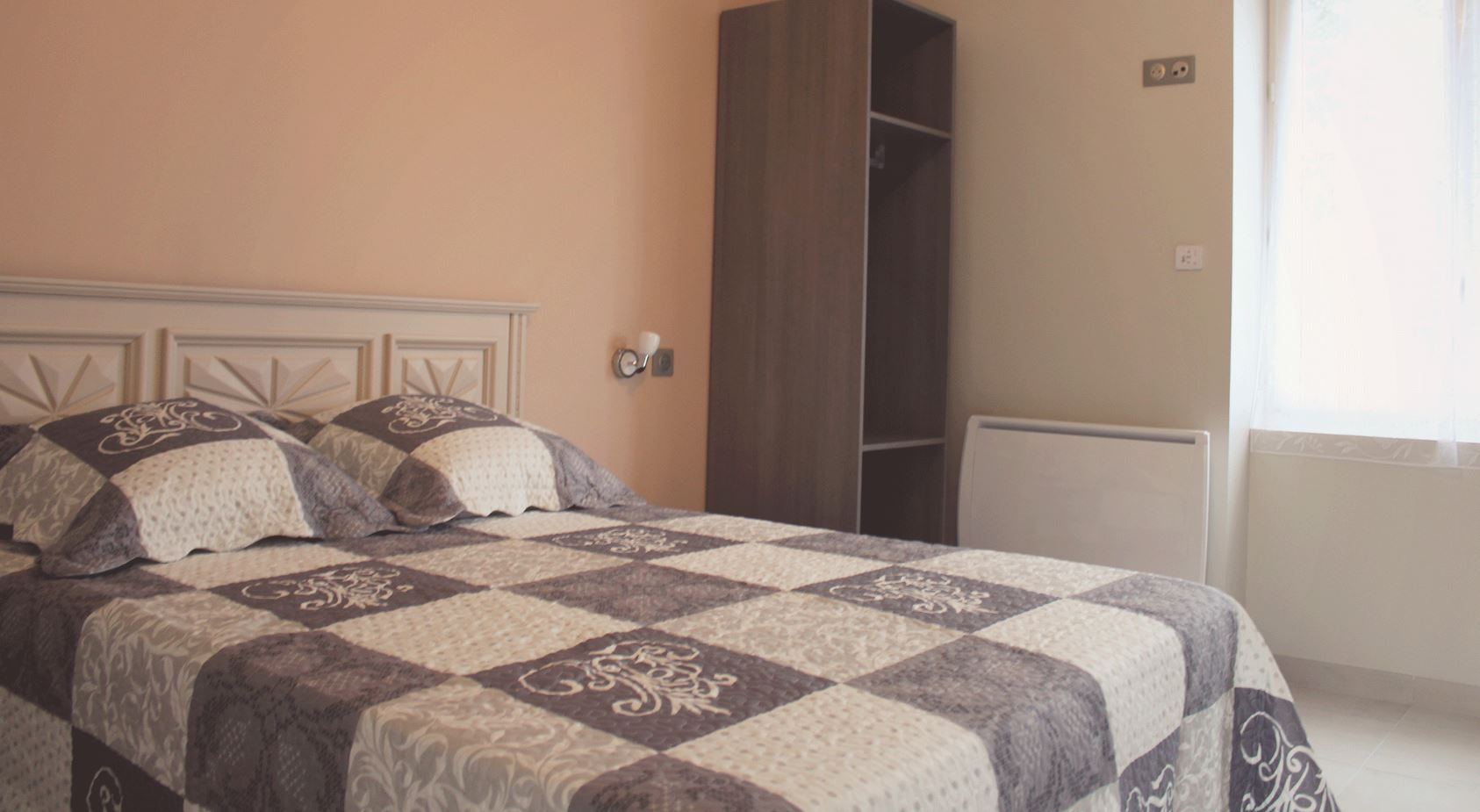 The bedroom #1 specially adapted for guests with reduced mobility