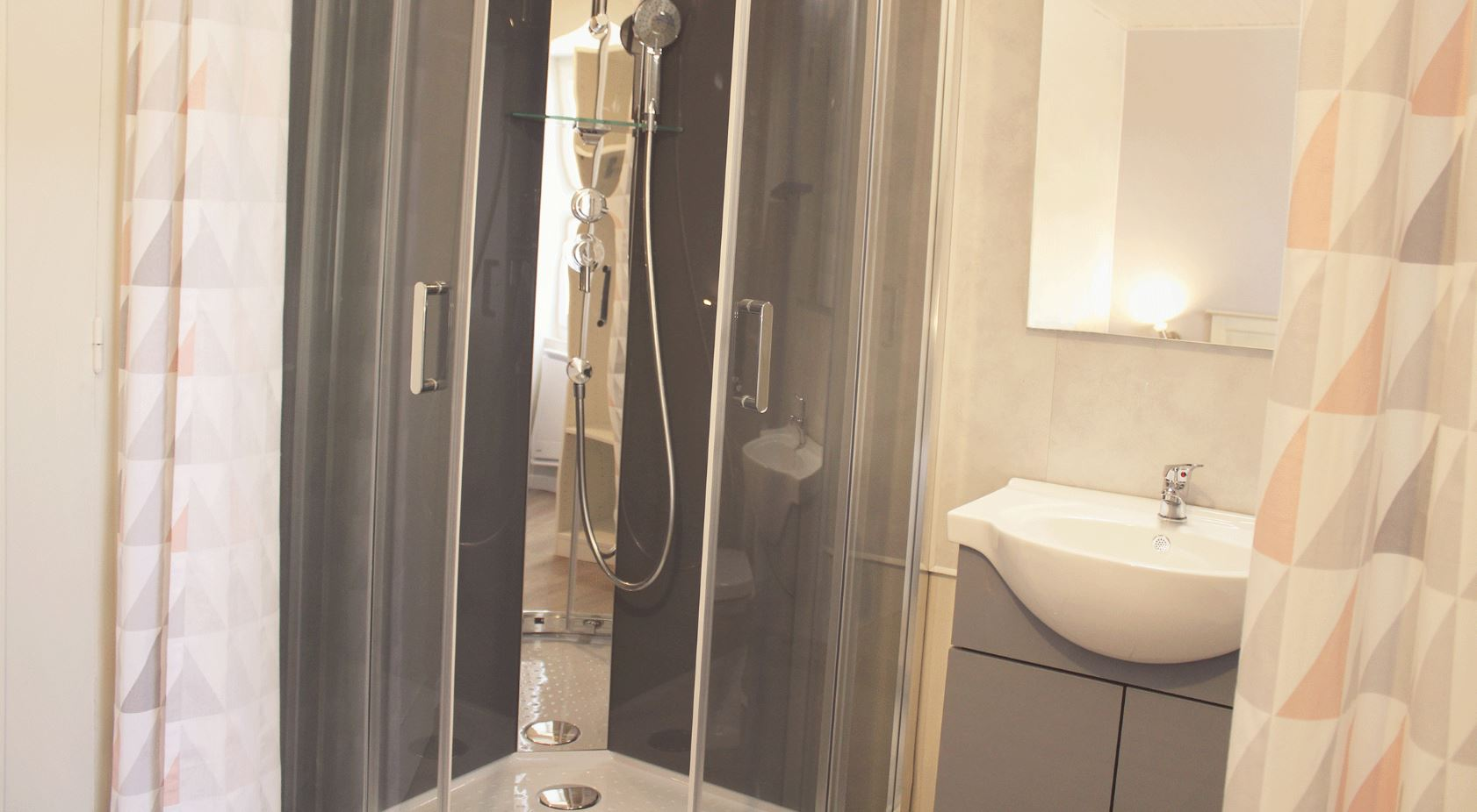 Shower room, wash basin and toilet